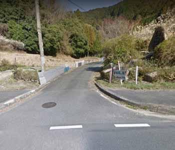 国道から桃尾の滝へ入る道