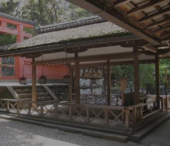 若宮神社本殿の手前にある拝舎(はいのや)