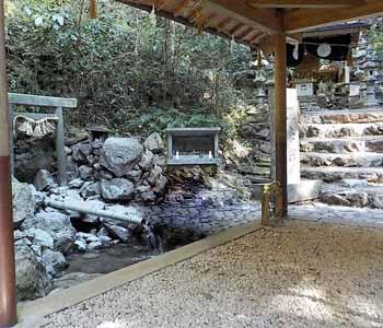 天の岩戸(恵利原の水穴)から流れ出る水