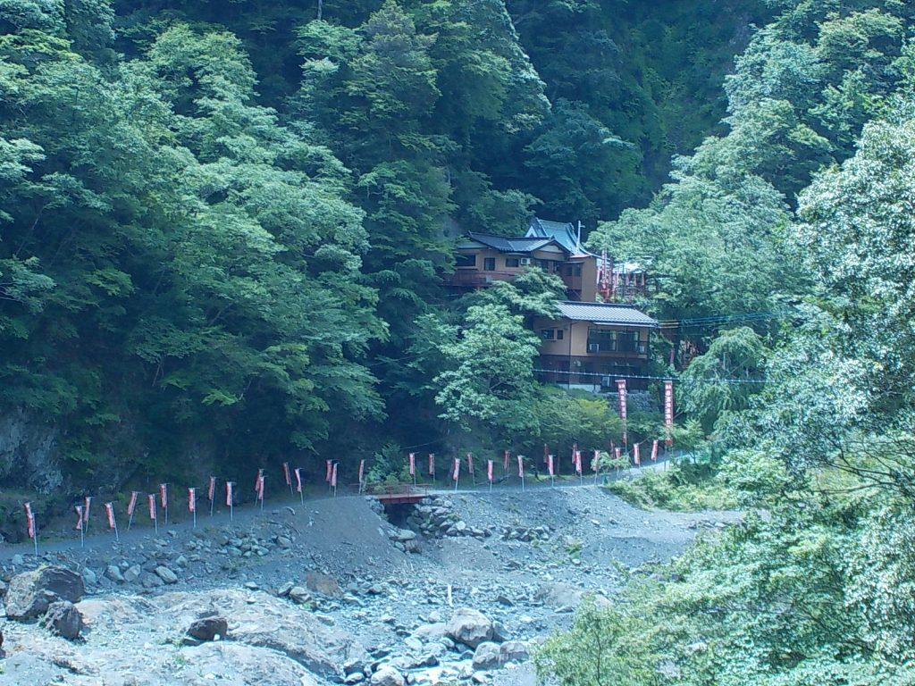 羽衣橋から見た雄瀧弁天堂(アップ)