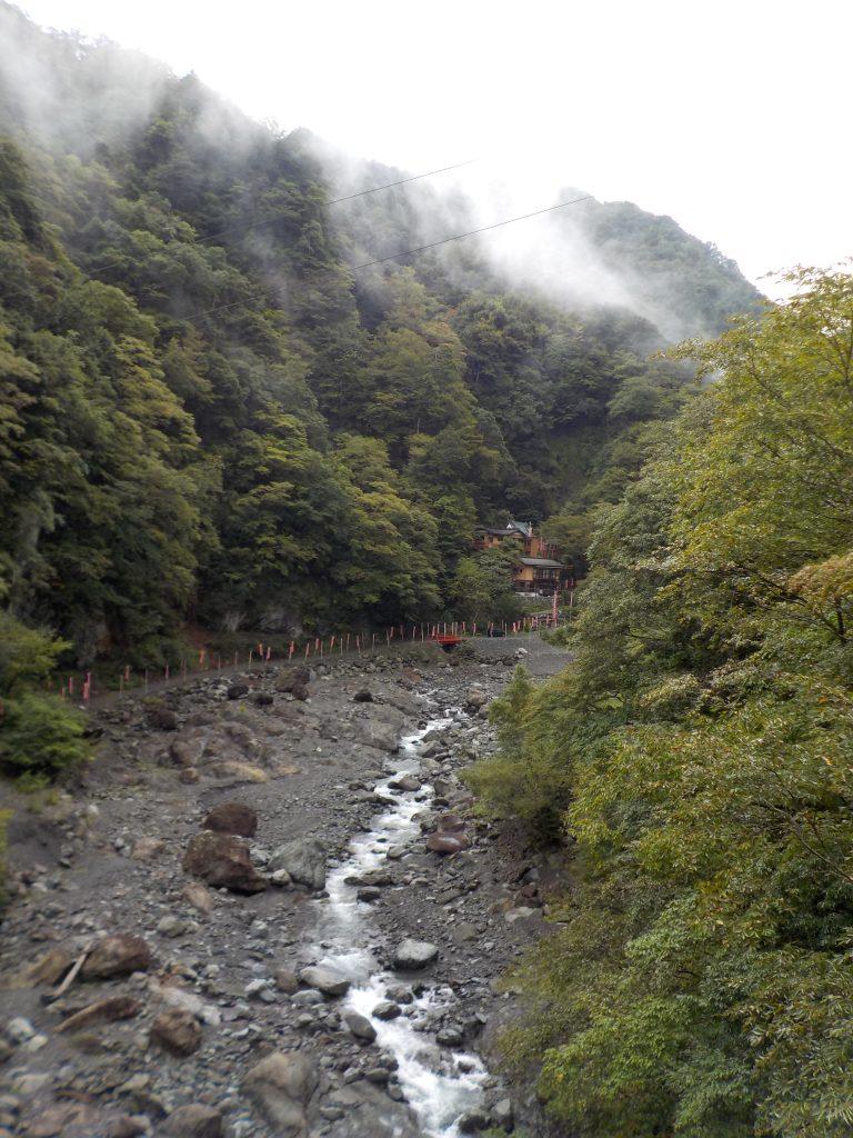 羽衣橋から見た雄瀧弁天堂