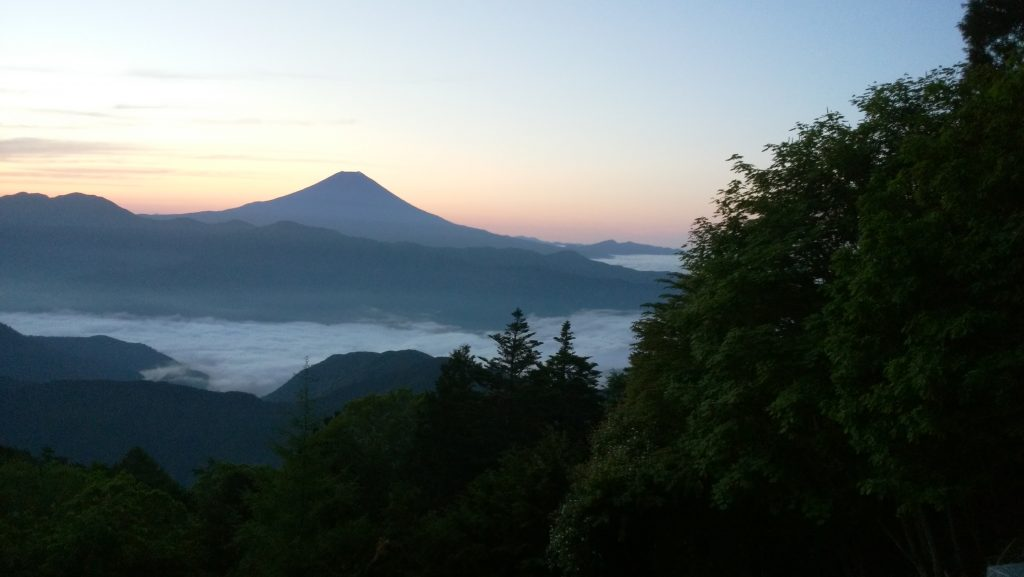 七面山から見た夜明けの富士山