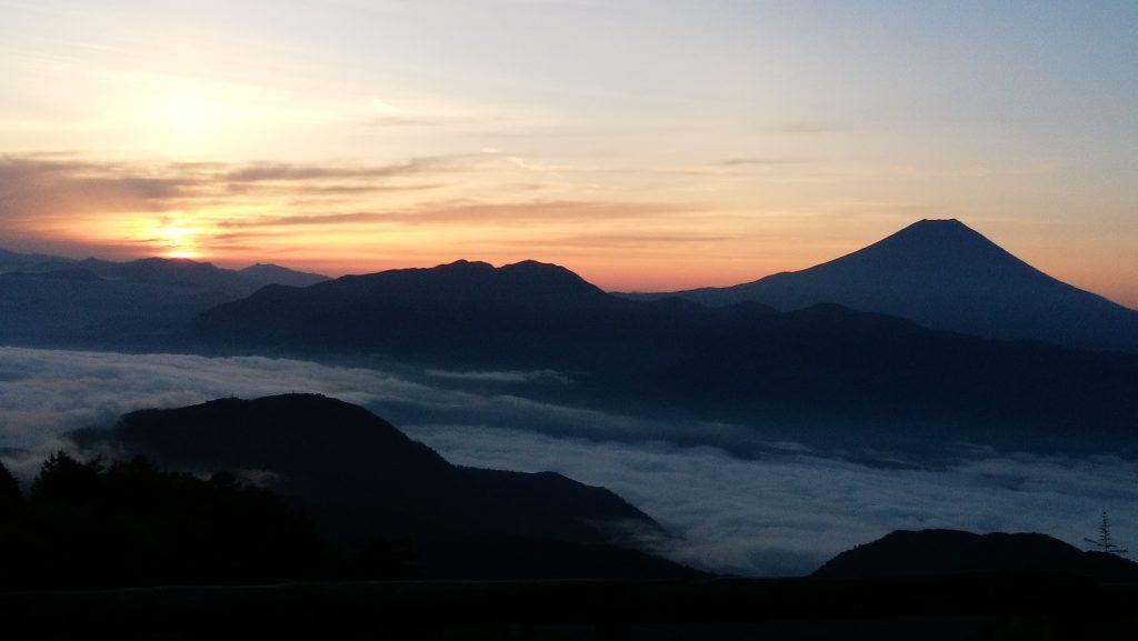 七面山から見た富士山と日の出