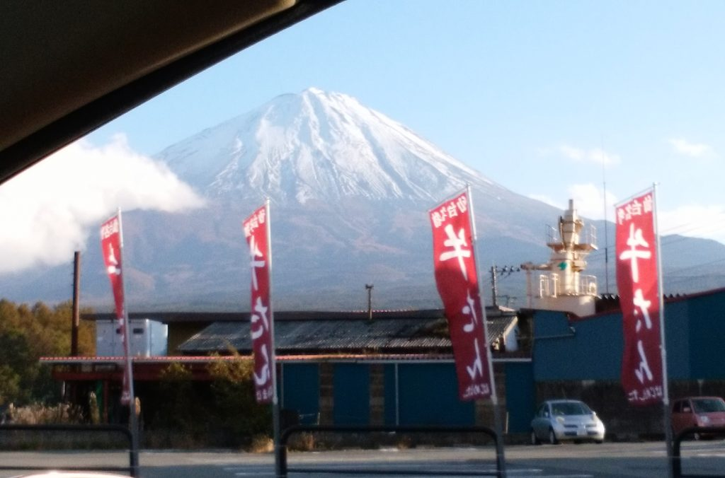 山梨県・町中からみた富士山