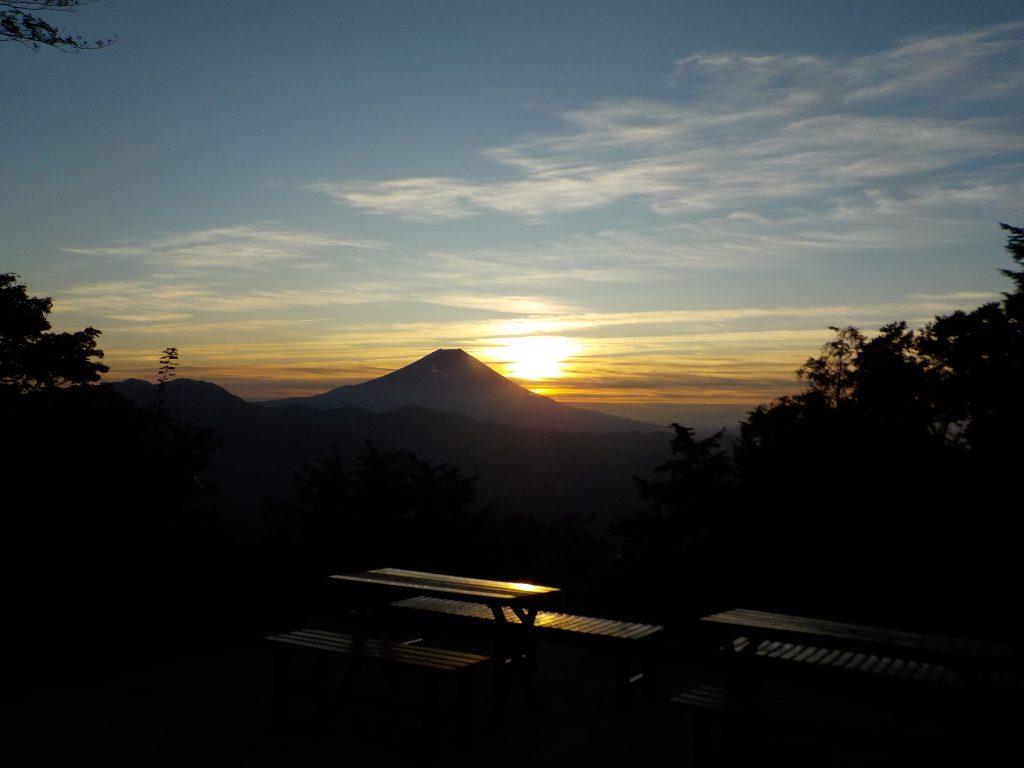 七面山(奥之院)から見た富士山と日の出