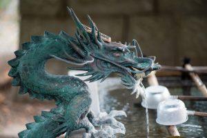 神社の手水舎の龍神様